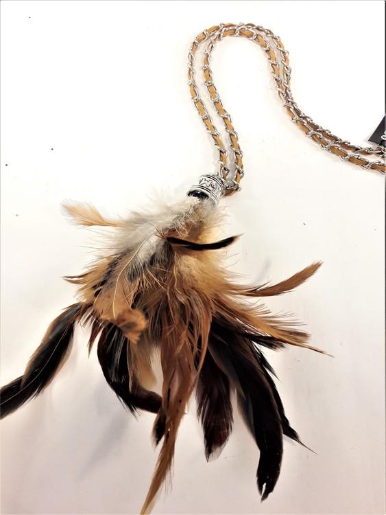 Halsband med mockarem, kedja och hänge med bruna fjädrar