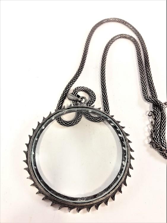 Silverfärgad halskedja med förstoringsglas i antik stil