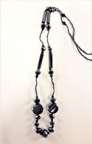 Långt blått halsband med pärlor och facetter