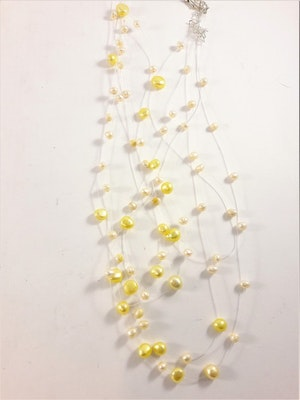 Flerradigt halsband med dekorationer i ljust gult