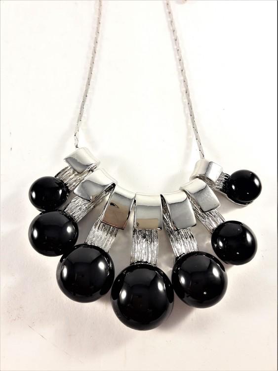Dekorativ halskedja med dekorationer i svart och silverfärg
