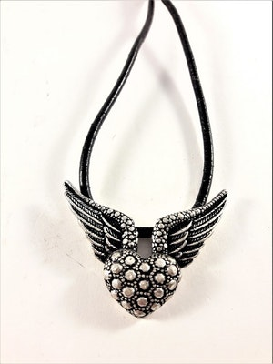 Halsband med läderrem och hänge med hjärta och vingar