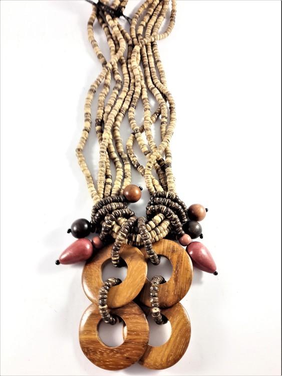 Flerradigt halsband i trä med många detaljer