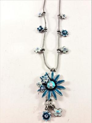 Sött halsband med blå blommor prydda med gnistrande strass