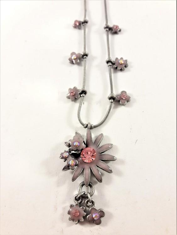 Sött halsband med rosa blommor prydda med gnistrande strass