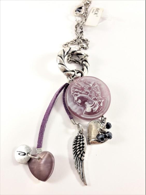 Halskedja med flera silverfärgade och lila berlocker i hänget