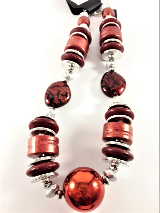 Halsband med stora röda detaljer