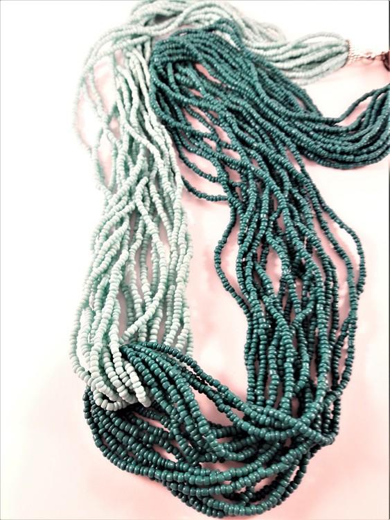 Flerradigt halsband av små pärlor, tvåfärgat grön.