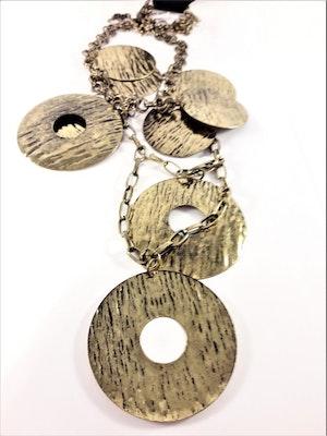 Halskedja med guldfärgade plattor och ringar