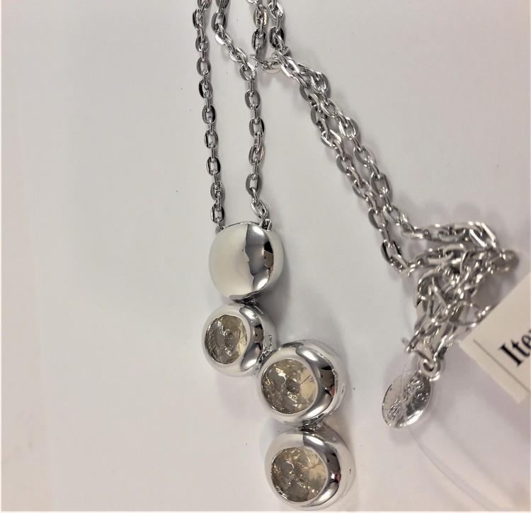 Halskedja med silverfärgade detaljer med gnistrande stenar och rhodium