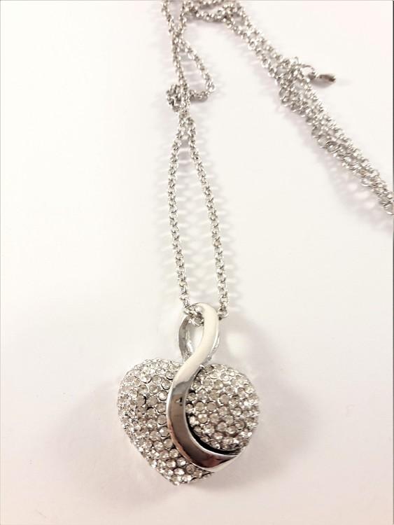Halskedja med silverfärgat strassprytt hjärta med rhodium
