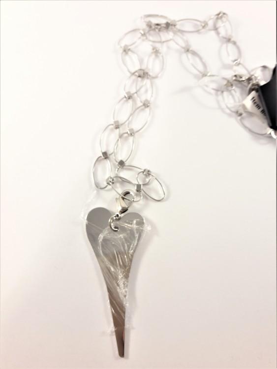 Silverfärgad halskedja med hjärta som hänge