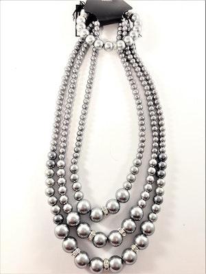 Set med treradigt halsband och armband i silverfärgade pärlor med strass