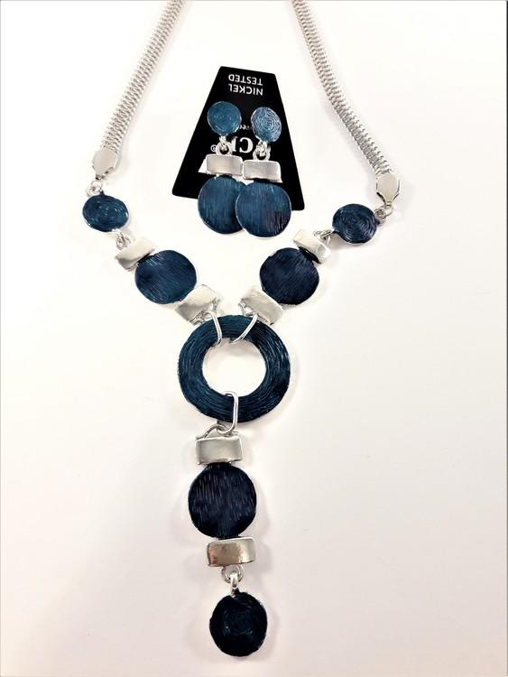 Halskedja med hänge i blått och silverfärg samt matchande örhängen
