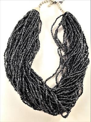 Flerradigt halsband med små, grå pärlor