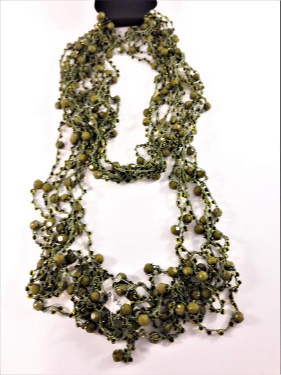 Flerradigt mörkgrönt halsband med kulor och pärlor