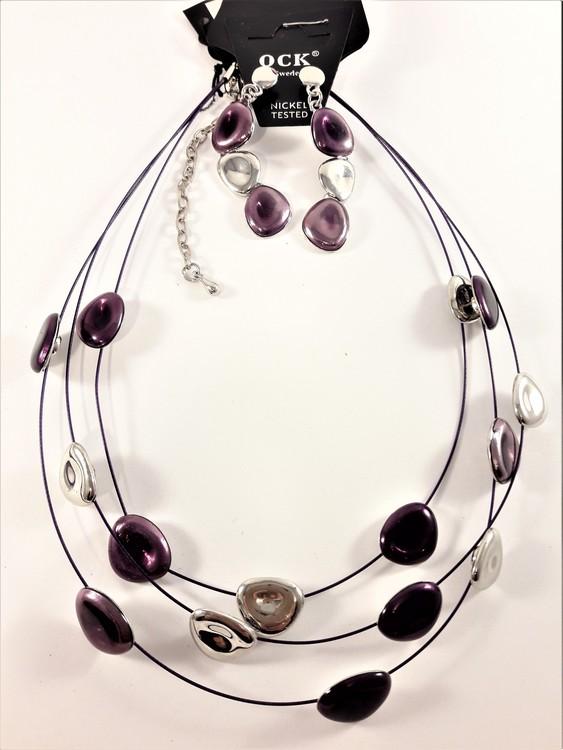 Flerradigt halsband med detaljer i lila och silverfärg samt matchande örhängen