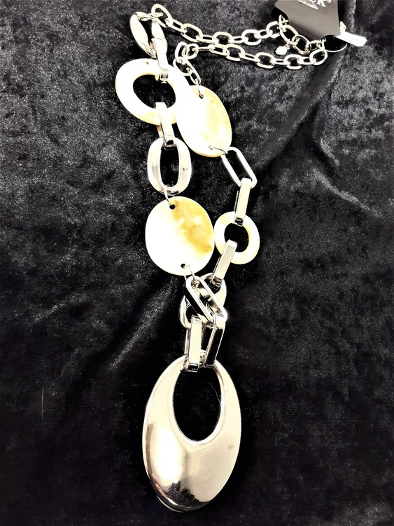 Halsband med snäckskal och länkar samt stor silverfärgad oval