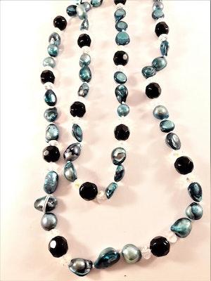 Långt halsband med pärlor och stenar i blått