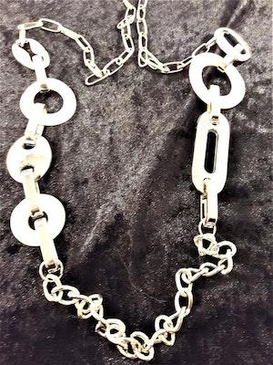 Halsband med Snäckskal och Länkar Silverfärg