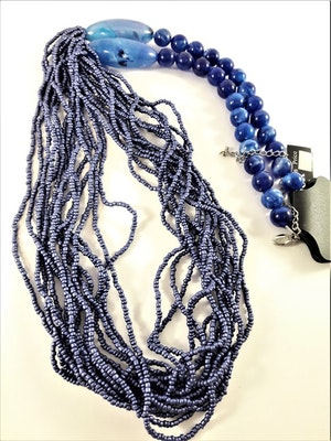 Långt halsband med stora och små pärlor i blått