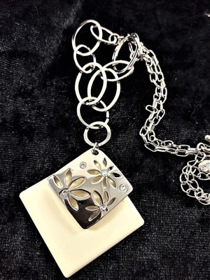 Halskedja med vitt och silverfärgat hänge