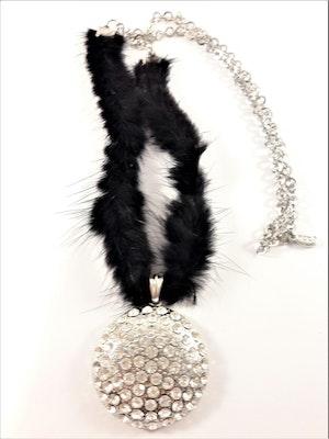Fint silverfärgat halsband med kedja, päls och en strassprytt runt hänge