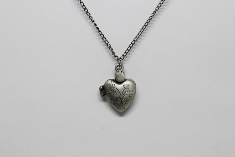 Söt medaljong i kedja och öppningsbart hjärta silverfärg