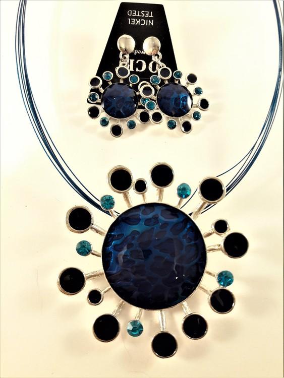 Halsband med blomhänge och stenar i blått med matchande örhängen
