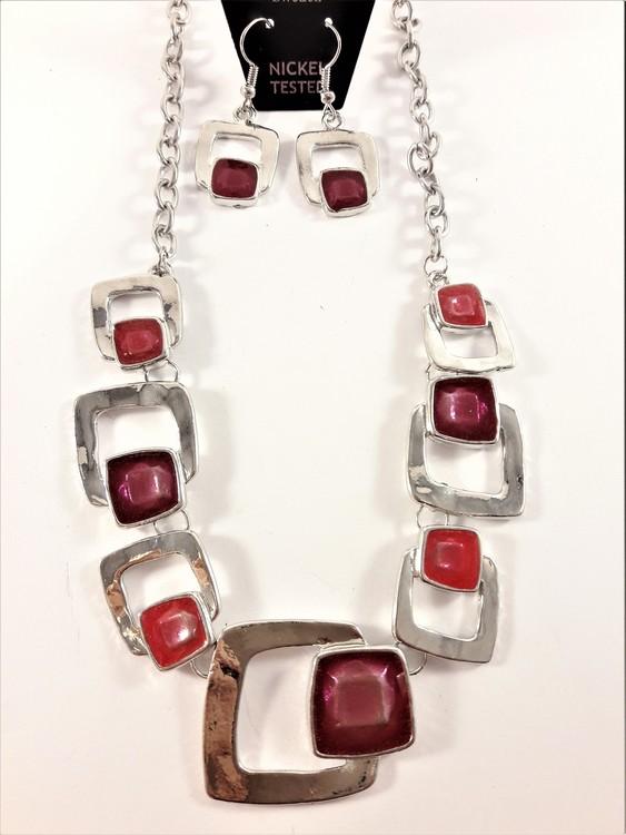Halskedja med silverfärgade och röda fyrkantsdetaljer samt matchande örhänge