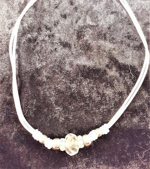 Halsband med vit läderrem och detaljer i vitt