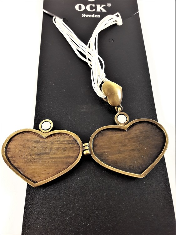 Fin guldfärgad hjärtformad medaljong, öppningsbar med plats för t.ex. foto