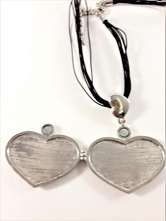 Fin silverfärgad hjärtformad medaljong, öppningsbar med plats för t.ex. foto