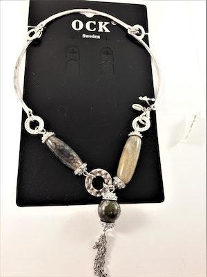 Stelt halsband med silverfärgade och detaljer och ovala marmorerade detaljer