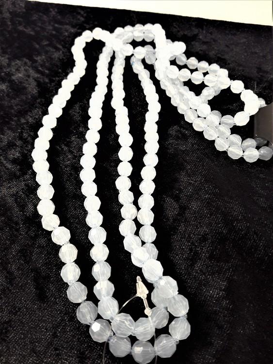 Långt halsband med matta vita plastpärlor