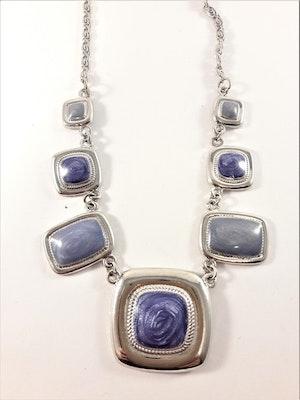 Halsband med detaljer i blått