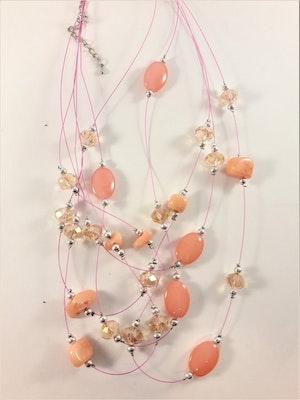 Flerradigt halsband med dekorationer korallfärg