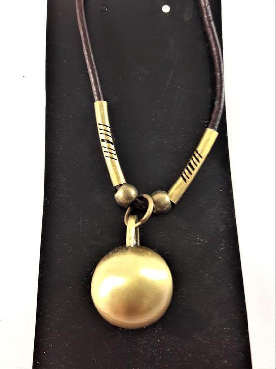 Halsband i läder med hänge guldfärg