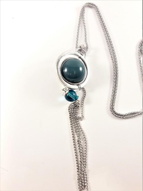 Halsband med detaljer och kulor i silverfärg och grön