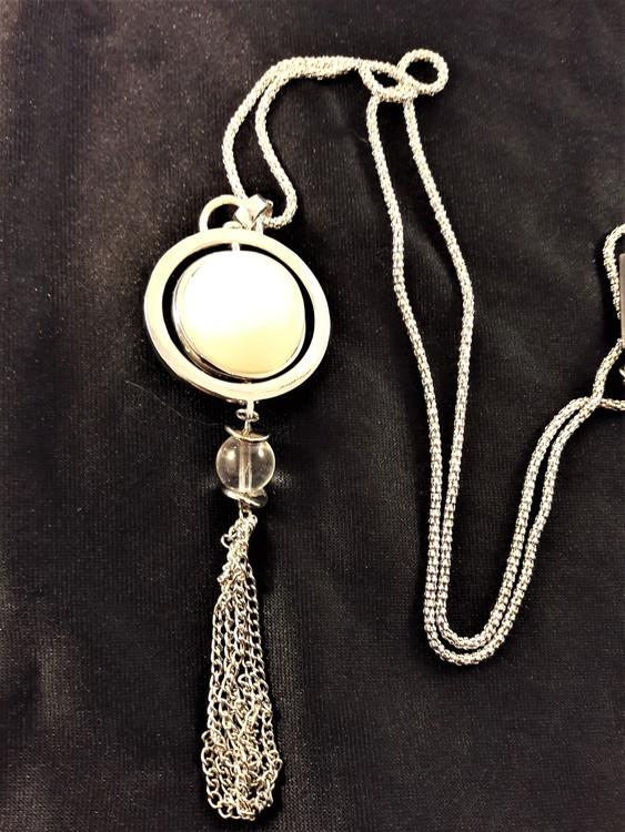 Halsband med detaljer och kulor silverfärg och vit