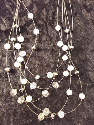 Flerradigt halsband med dekorationer vit och ljusblå