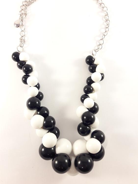 Halsband med stora svarta och vita kulor