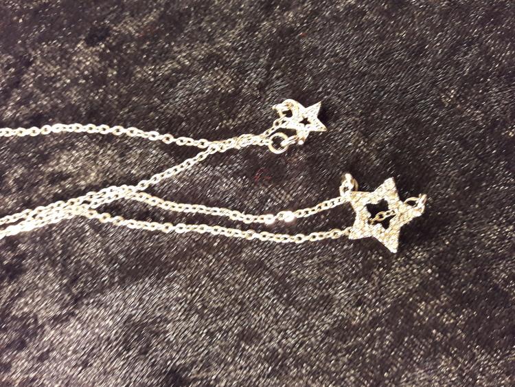 Söt tvåradig halskedja med en liten och större stjärna och strass