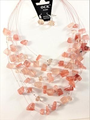 Flerradigt halsband med korallfärgade dekorationer och matchande örhängen