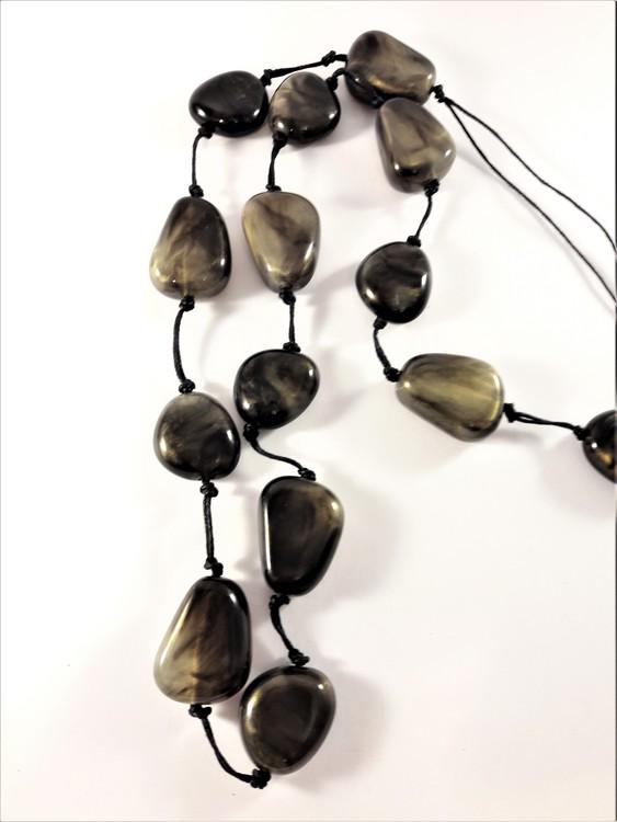Halsband med stenar i brunt