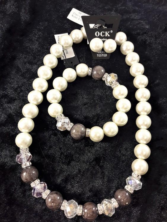 Halsband med vita kulor och strass med matchande armband och örhängen