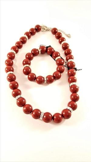 Halsband med röda kulor och strass med matchande armband