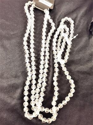 Långt halsband med plastpärlor i vit