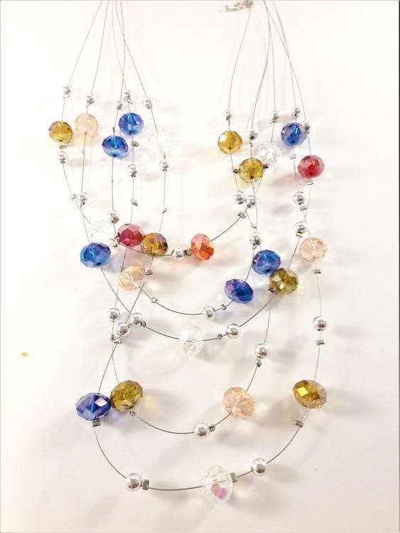 Flerradigt halsband med dekorationer mixade glansiga färger