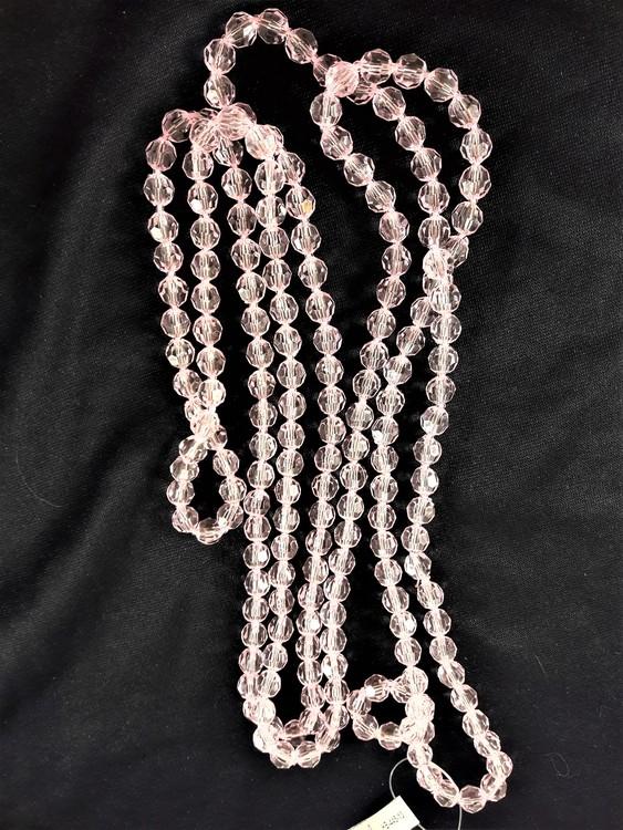 Långt halsband med plastpärlor i rosa